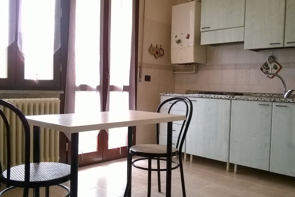 Cucina con frigorifero, freezer, fornelli e scaldabagno