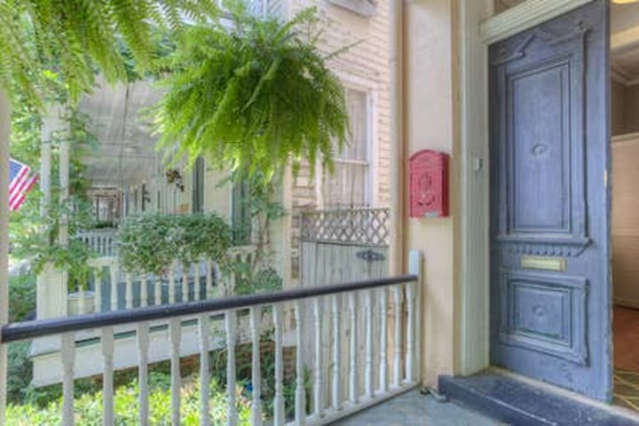 Fabulous Forsyth Park 2-br Courtyard Apartment