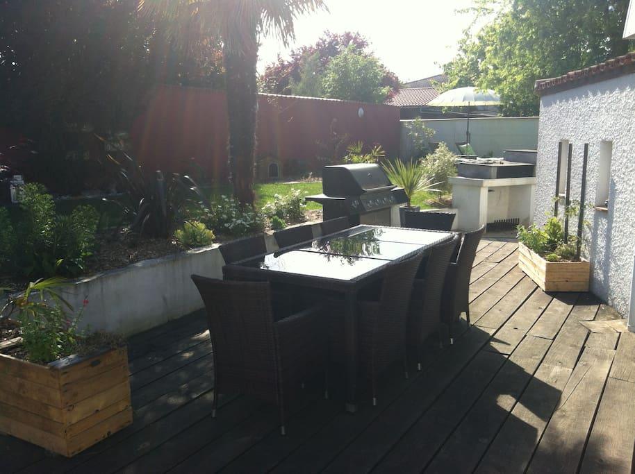Salon de jardin + barbecue
