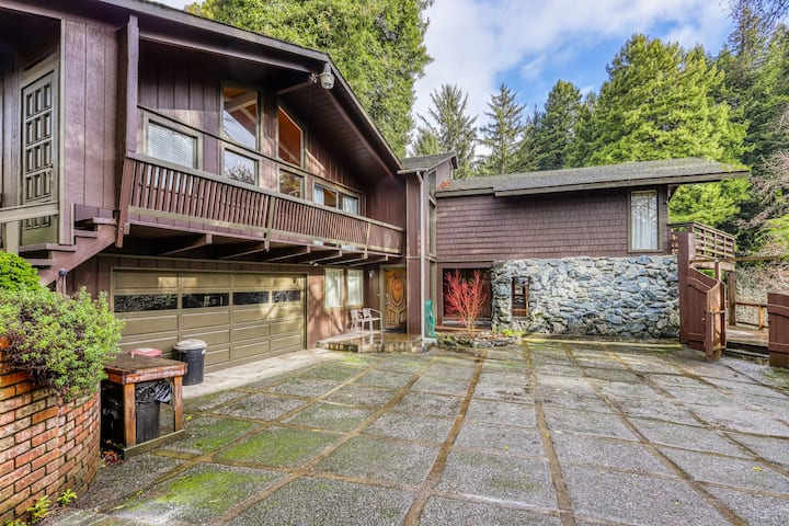 Private house in the woods - hot tub, deck, beach access