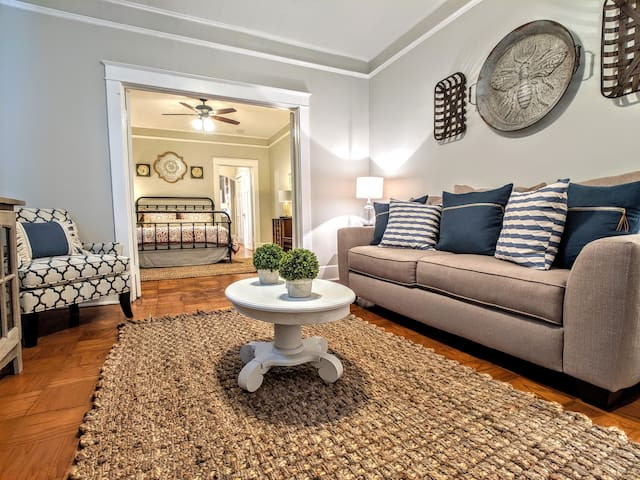 Eclectic Uptown Home 10 mins from FQ-51