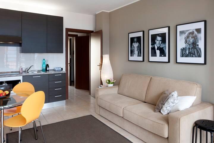 Dit appartement heeft gezellige woonkamer met openslaande deuren naar het balkon met prachtig uitzicht over het meer.