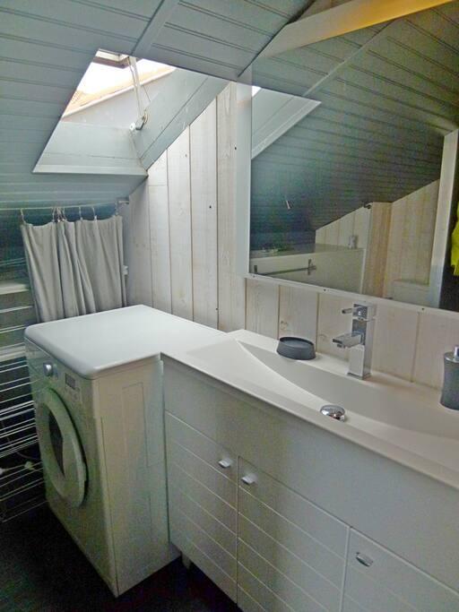 Salle de bains avec machine à laver