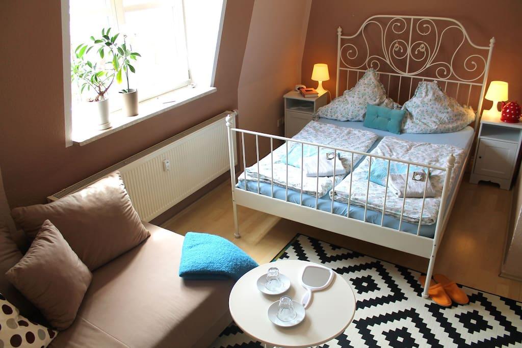 Großes Zimmer - Bett und Couch