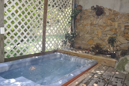 Walk to town~hot tub~private~wi-fi~ - Hot Springs