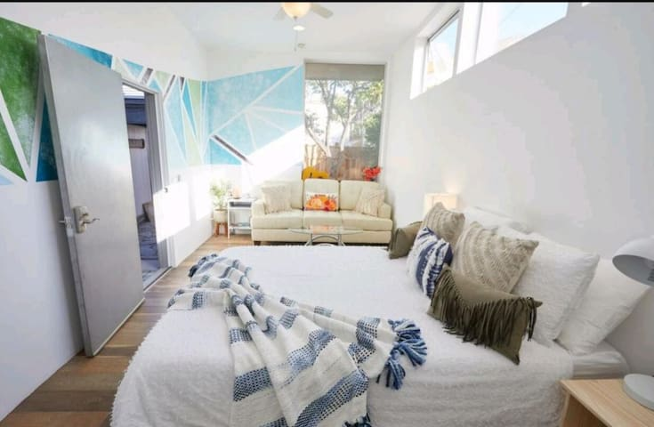 Modern Studio, dogs welcome, private fenced Yard!