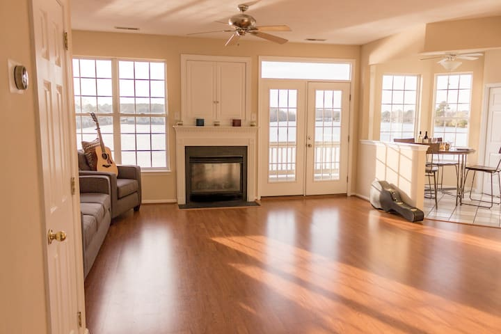 Panoramic Lake View in Modern Home - 3br/3ba - Virginia Beach - Casa