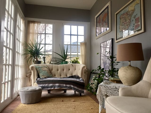 Vintage cottage in heart of historic district