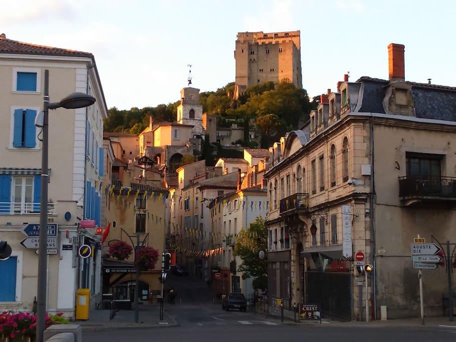 Rue de l'appartement en face du pont de la rivière Drôme