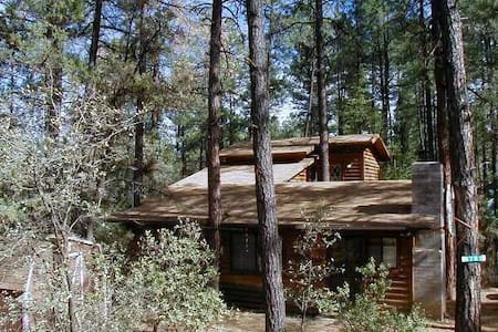 Log Cabin Getaway with Jacuzzi - Pine - Kabin