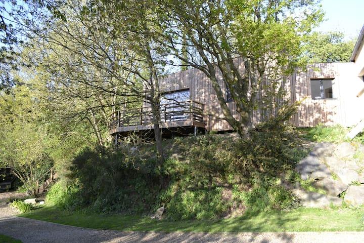 Une maison perchée dans les arbres !