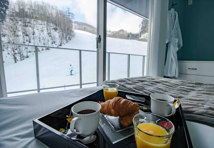 Luxury  HAKUBA Ski-in Ski-out Condo slope view (3)