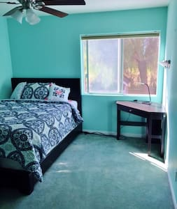 Private bedroom in BEAUTIFUL, spacious house. CSUN - Haus