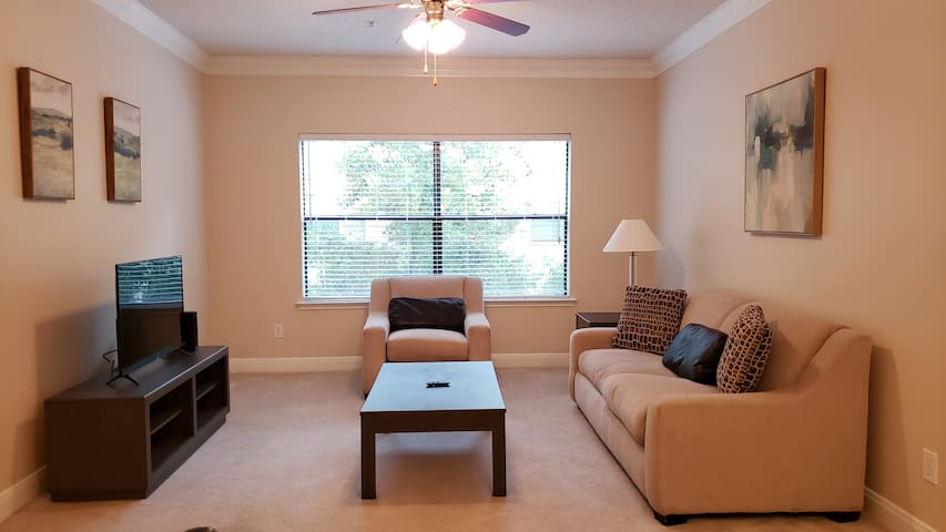 Exclusive Apt in uptown + Parking / self check in