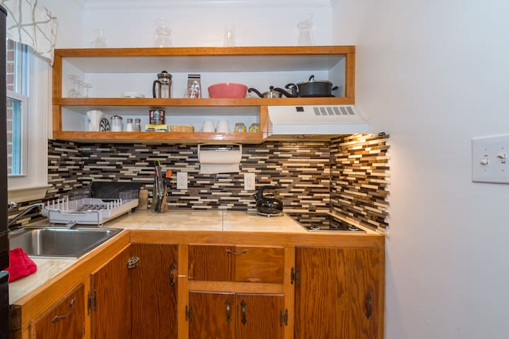 Custom built-in kitchen, stocked with cooking implements and utensils, crock pot, tea kettle, French press, toaster and blender.  Help yourself to tea, coffee and hot chocolate during your stay!