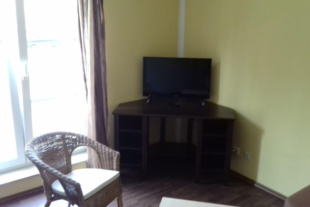 Schreibtisch / Fernseher / Desk / TV