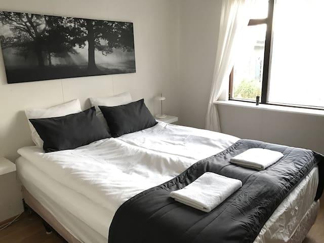 Cozy room with big spacious bathroom - Reykjavík - Huis