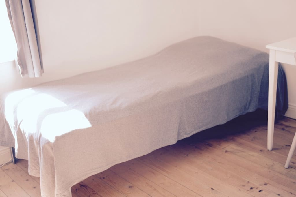The studio, the single bed. After a long trip -get a good nights sleep on organic percale cotton sheets.