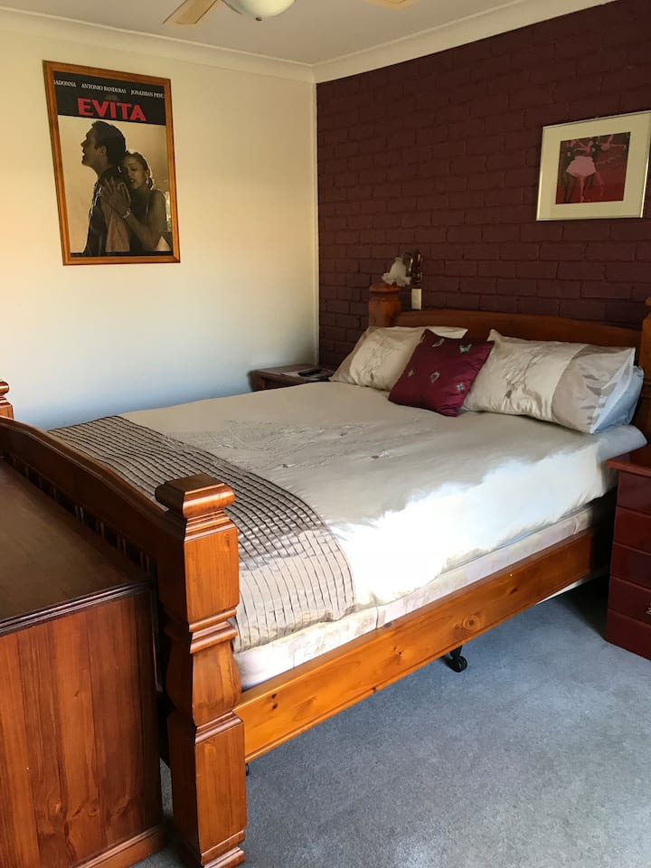 Private keyed bedroom with ensuite Sth Canberra