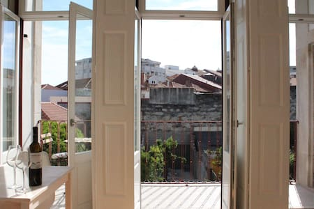 Sunny apt with a balcony - Porto