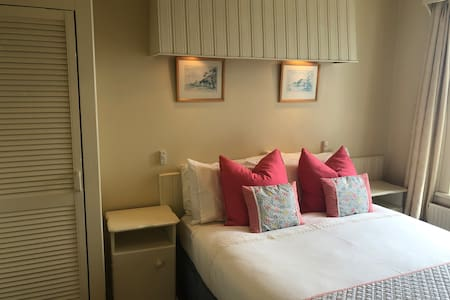 Double bed, sea view, cozy room, ensuite shower room and additional wash basin in the room.