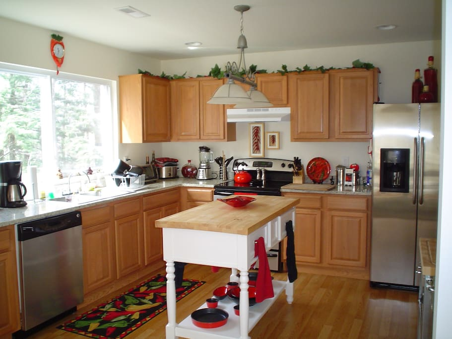 Kitchen area with microwave, keurig coffeemaker, ninja blender, crockpot etc....great place to make your breakfast...I will leave you supplies!