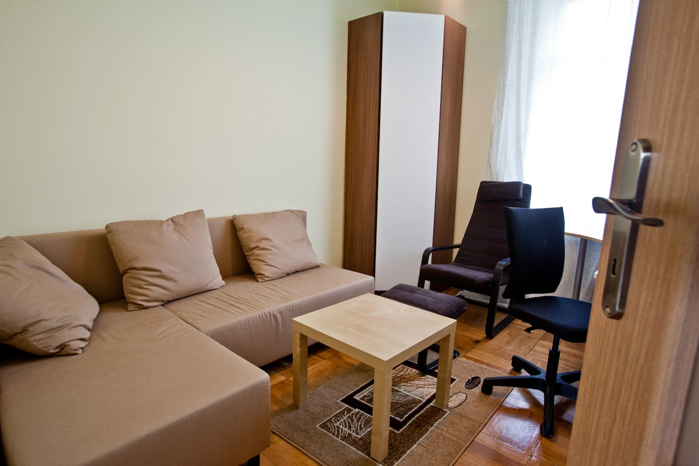 The cosy smaller room with comfortable bed and armchair