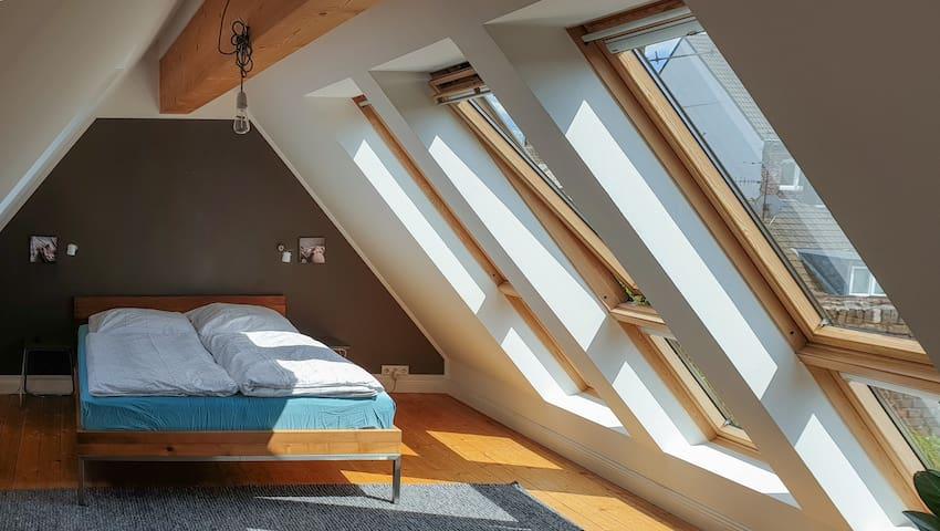 Das Schlafzimmer. Von hier aus habt ihr auch einen Blick auf die Dachterrasse und in das grüne Innenhof-Areal.