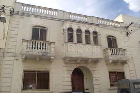 Private bedroom in Qormi (b5) - Huis
