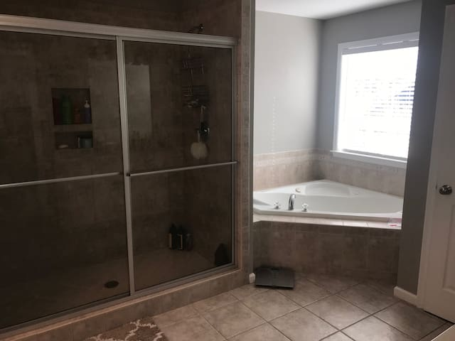 Master with Shower with 2 heads and jacuzzi tub