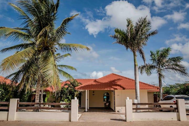 Luxurious Tropical Villa Prikichi with Pool & Apt