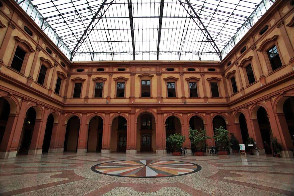 La corte coperta all'interno del Palazzo della Borsa