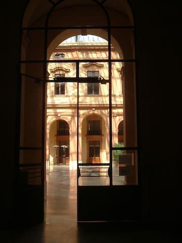 L'ingresso del Palazzo della Borsa