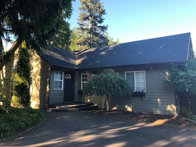 Clean, spacious house close to PDX