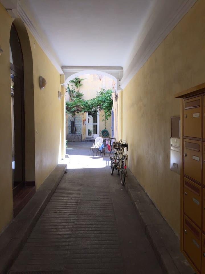 Entrée privée accueillante et lumineuse
