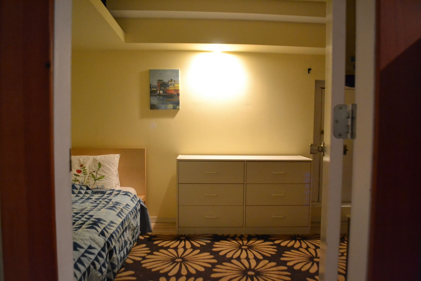 Private Room  Only 6km from downtown Victoria