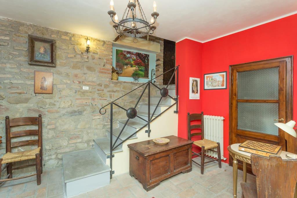 Salone e scale che portano al primo piano