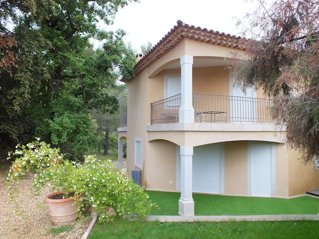 villa neuve de 170 m2 - Cotignac - วิลล่า
