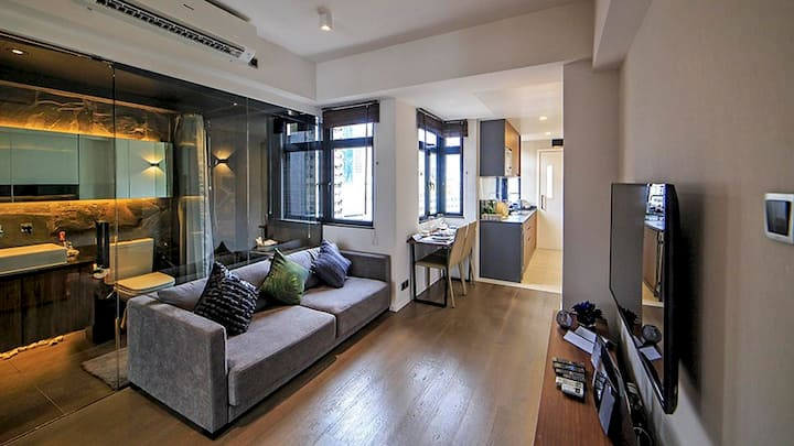 Stylish living with terrace in Causeway Bay