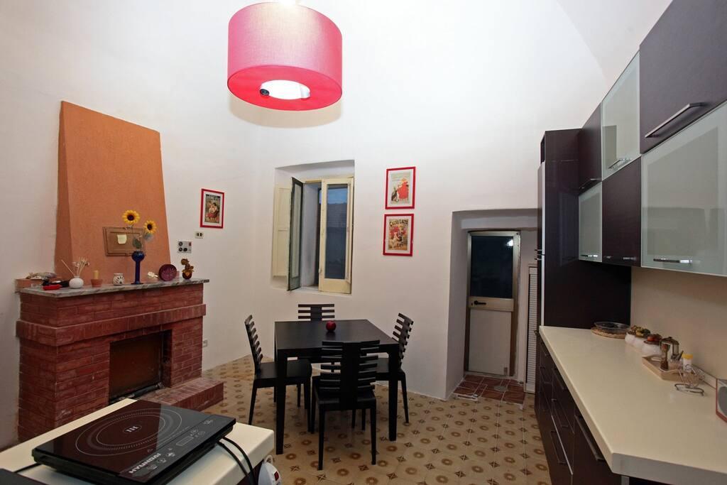 ingresso/soggiorno con angolo cottura