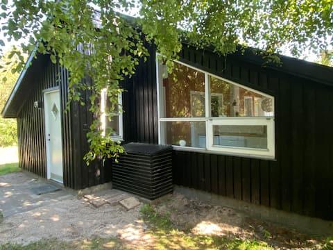 Hyggeligt sommerhus i naturskønne omgivelser.