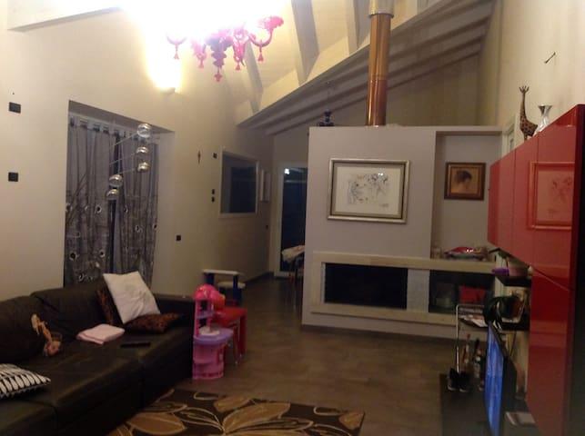 Soppalco in villa immersa nel verde - Auditore - Rumah