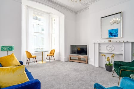 Bright refurbished flat - moments from waterfront
