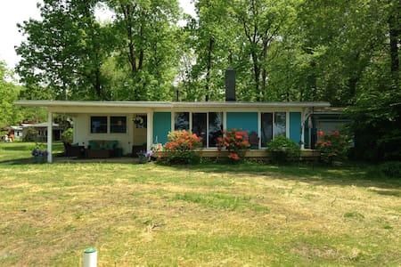Birders Bluff Cottage - Lakefront! - Westfield - Ház