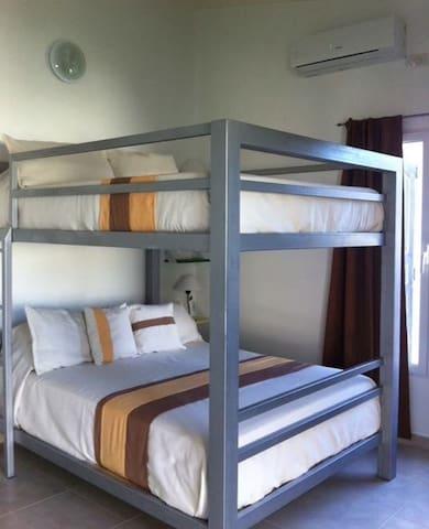 full bunk beds ( cuatro plazas)