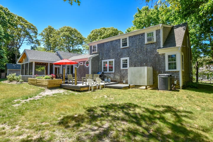 #614: Walk to Oyster River, minutes to downtown & beaches! Dog friendly!