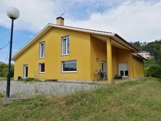 Una casa amplia con finca y jardin al lado de Laxe