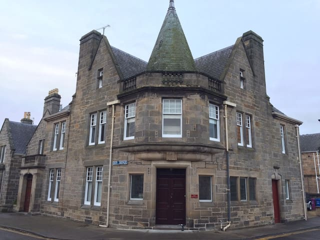 Grade 2 Listed 3 bed Townhouse in centre of Elgin - Elgin - Rumah bandar