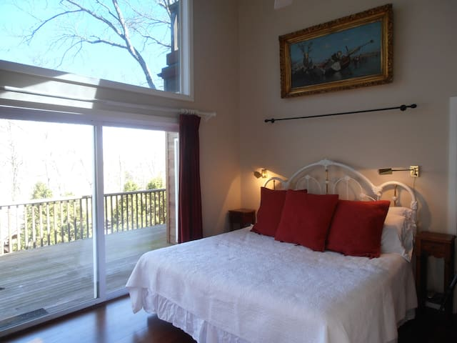 Light filled Apt. with Master Suite - East Hampton - Flat