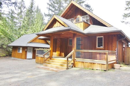 Private Cabin w/ Hottub & Mt. views - Packwood - Hytte